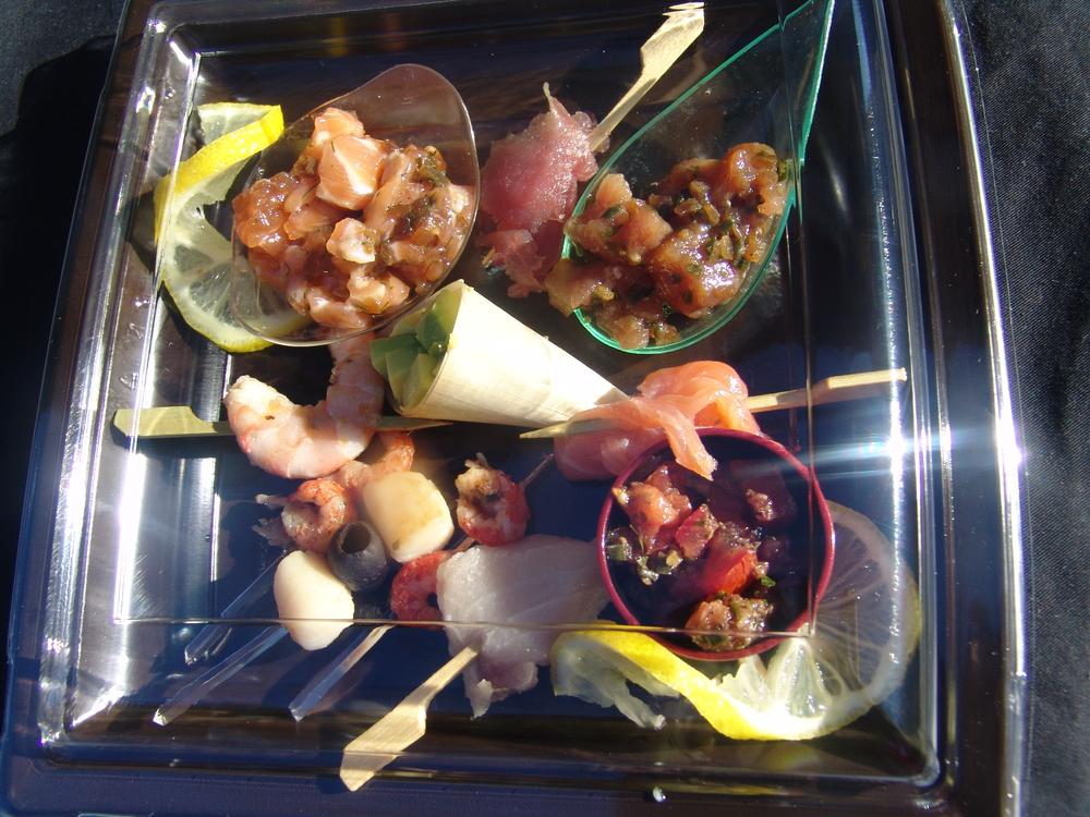 LA GRANDE ASSIETTE DE TAPAS saveur du monde, tartare de thon et saumon, avocat, tapenade, crevette de madagascar, brochettes, saumon fume maison