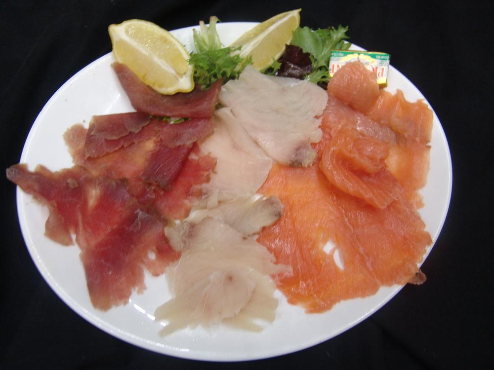 LA GRANDE ASSIETTE DE 3 POISSONS FUMES MAISON   thon, espadon et saumon