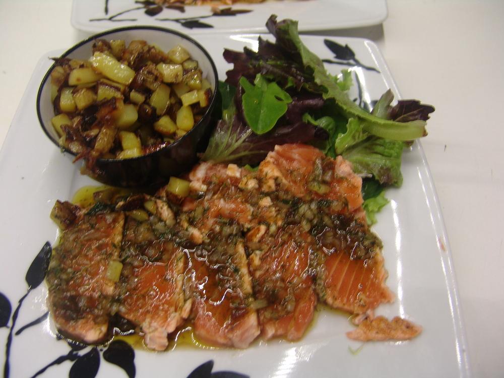 TATAKI DE SAUMON   Mi-cuit servis froid tranche accompagne de pommes de terres sautées fraîche et salade (ou légumes du jour)