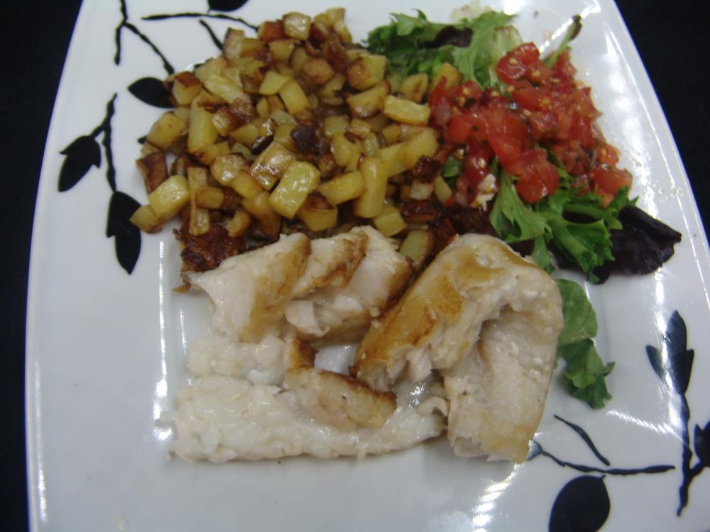 FILET DE LOTTEPOÊLÉEA L'HUILE D'OLIVE   accompagne de pommes de terres sautéesfraîcheet salade (ou légumes du jour)