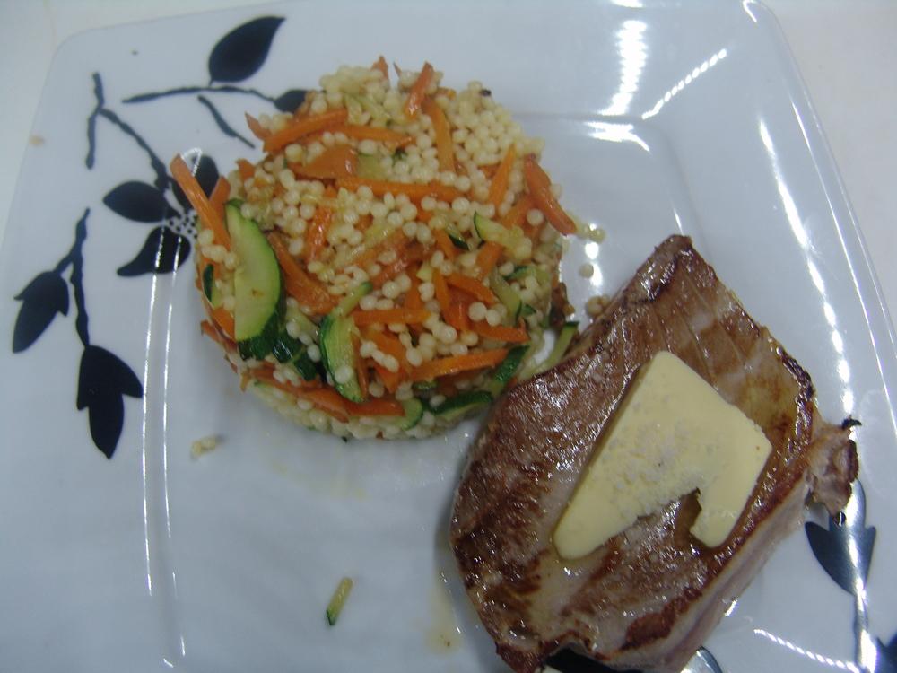DOS DE THON SERVIS ROSE POÊLÉE    au beurre 1/2 sel accompagnée de perle de pâte et julienne de carottes et courgettes