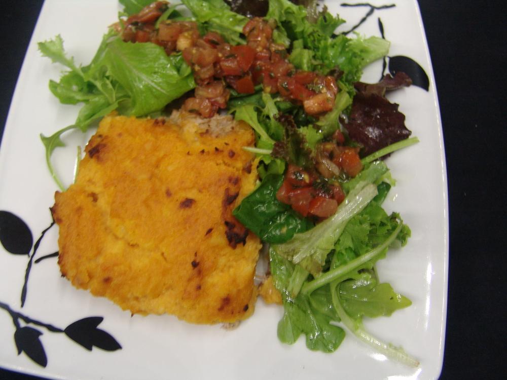 GRATIN DE THON A LA NOIX DE COCO ET PURÉE DE PATATE DOUCE    accompagné de salade et vinaigrette de tomates fraîches