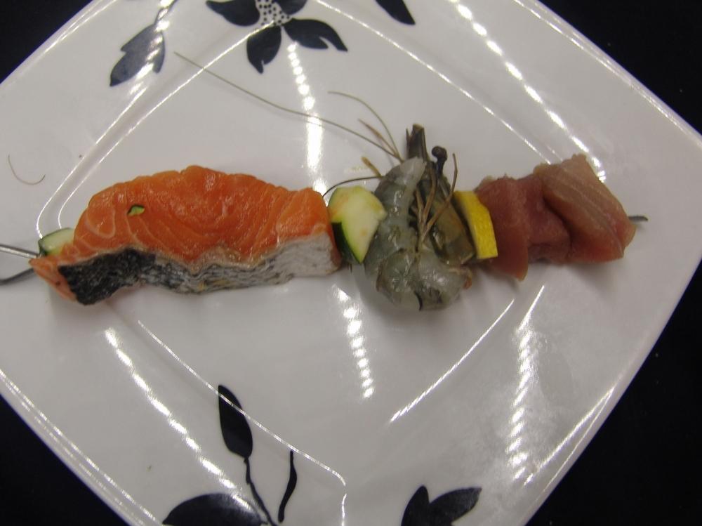 BROCHETTE DE POISSON MAISON thon , saumon et gambas décortiquée, citron , poivron servis pour un plat du jour