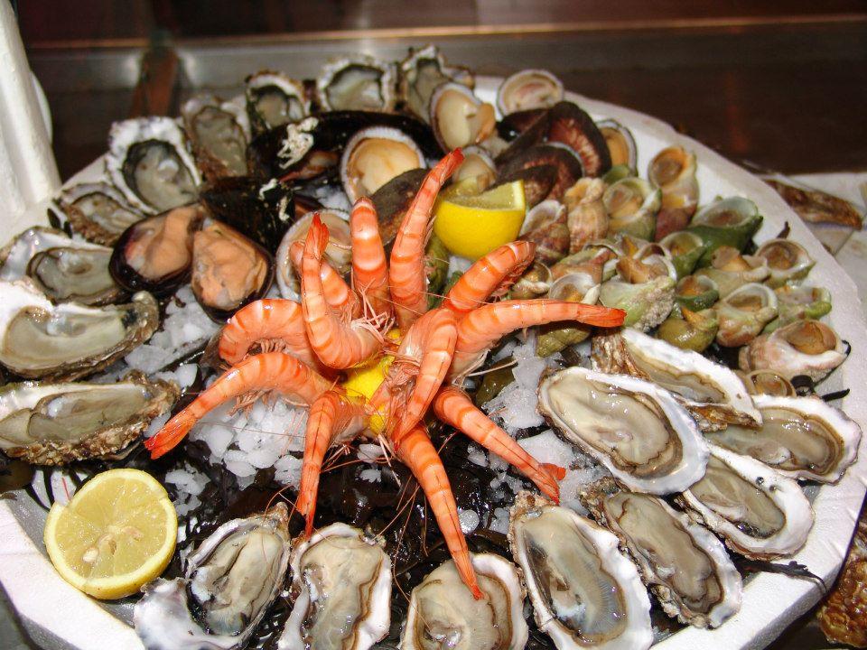 PLATEAU DE FRUITS DE MER    sur mesure composé: de 18 huîtres de 2 variétés différentes, 200g de crevettes roses de Madagascar, 400g de bulot et 12 moules d'Espagne