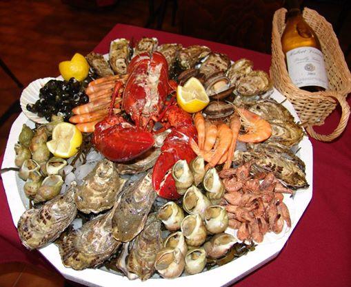 PLATEAU DE FRUITS DE MER ACCOMPAGNÉE D'UN HOMARD suggestion de présentation Plateau de fruits de mer sur mesure composé : de 18 huîtres de 2 variétés différentes, 200g de crevettes roses de Madagascar, 400g de bulot, 100 g crevettes grises, (bigorneaux et amandes de mer selon arrivage) et d'un gros homard fendu en deux