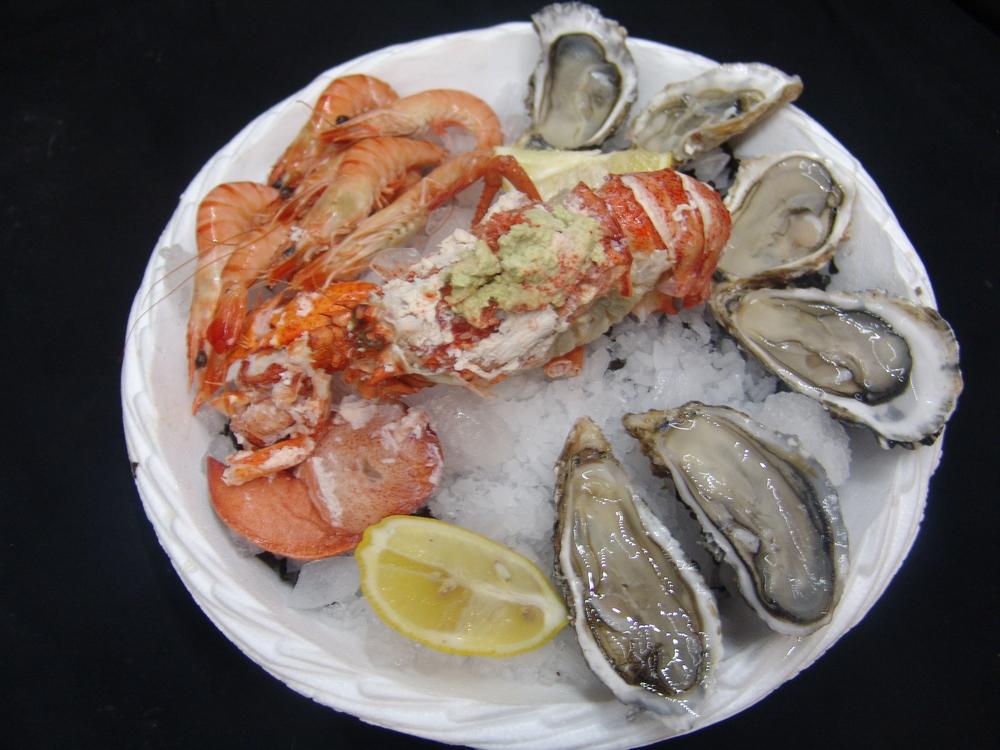 ASSIETTE DE FRUITS DE MER                                              Assiette de fruits de mer accompagnée d'un homard portion entièrement décortiqué
