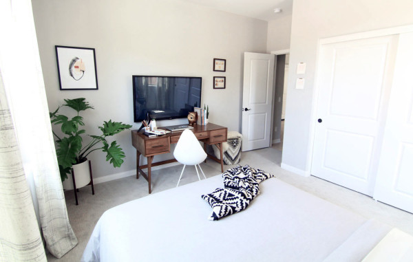 guest-bedroom-reveal-tv-wall-600x381.jpg