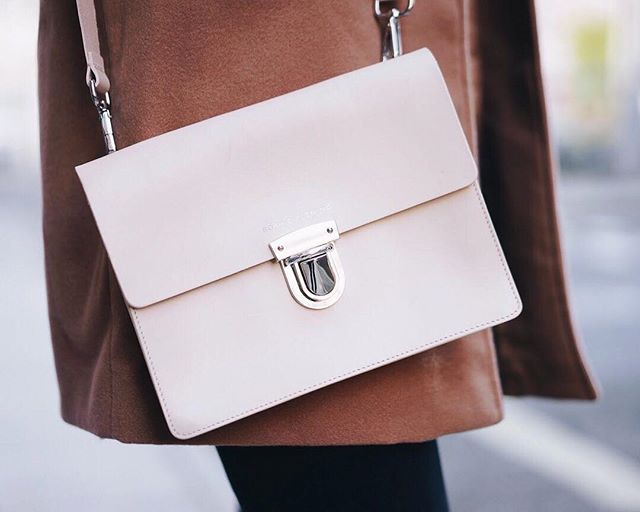 Up close and personal with our nude Regent bag. Did you know it has detachable straps? Taking you seamlessly from day to night ✨