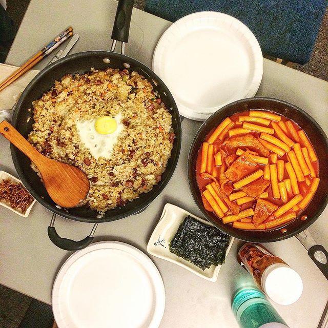 College edition*🤓 . #기숙사#대학#밥상#요리#홈쿡#집밥#볶음밥#떡볶이#tteokbokki#friedrice##homemade#koreanfood#cooking#onthetable