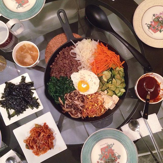 When I realized that #비빔밥 doesn't always have to be in a bowl! The hot cast iron skillet makes the bottom of the rice crunchy and delicious. #bibimbap #요리 #집밥 #저녁 #홈메이드 #먹스타그램 #cooking #foodporn #foodie #onmytable #koreanfood #eeeeeats