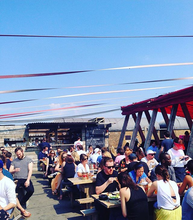 A sunny Sunday is best spent on a rooftop bar with a bunch of friends and a jug with Pimm's! ✨🍹☀️ #pimmsoclock #london #peckham #frankscafe #rooftopbar