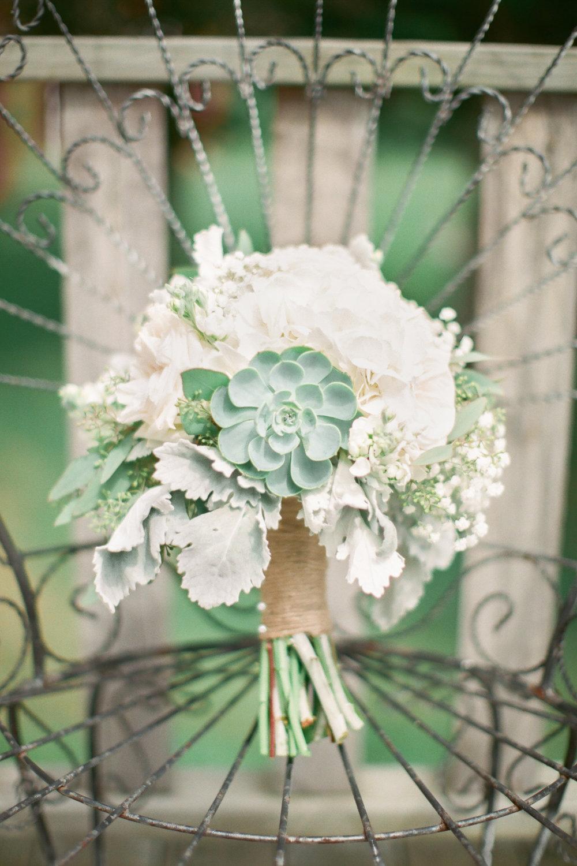 White Bouquet (Photo Credit: Derek+Diane)