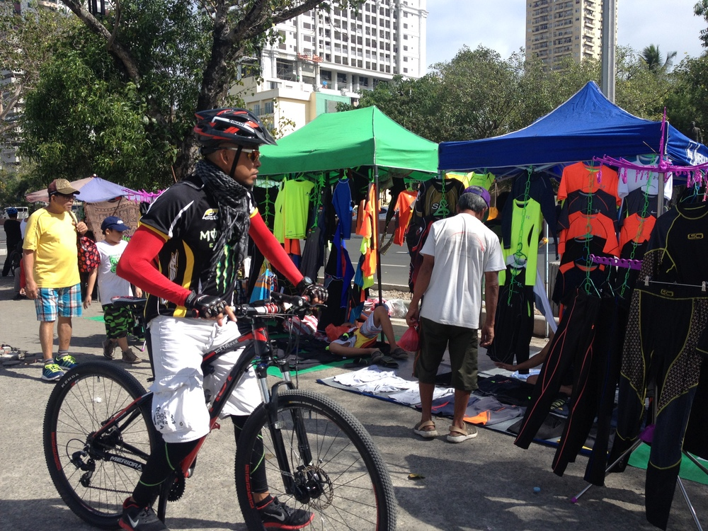 Cycling gear such as athletic shirts, arm covers, and stretch pants can also be purchased here.