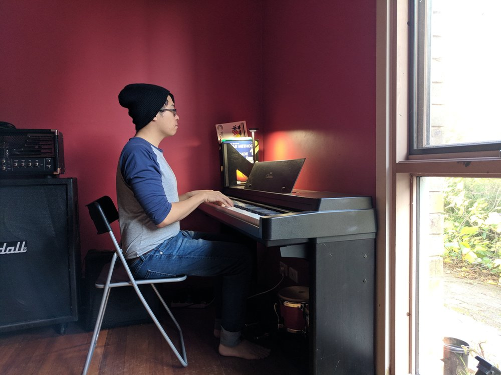 Correct sitting posture for pianists