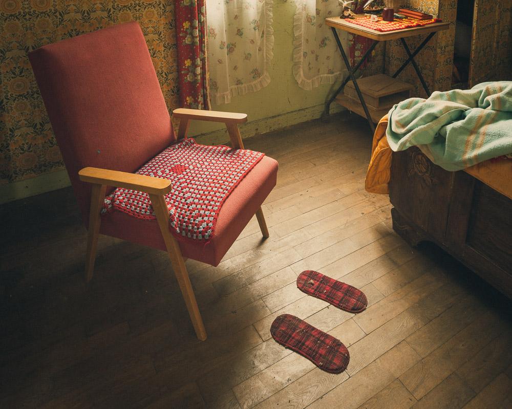 Lieux abandonnés - la maison de Daniel - fauteuil rouge et patins abandonnés