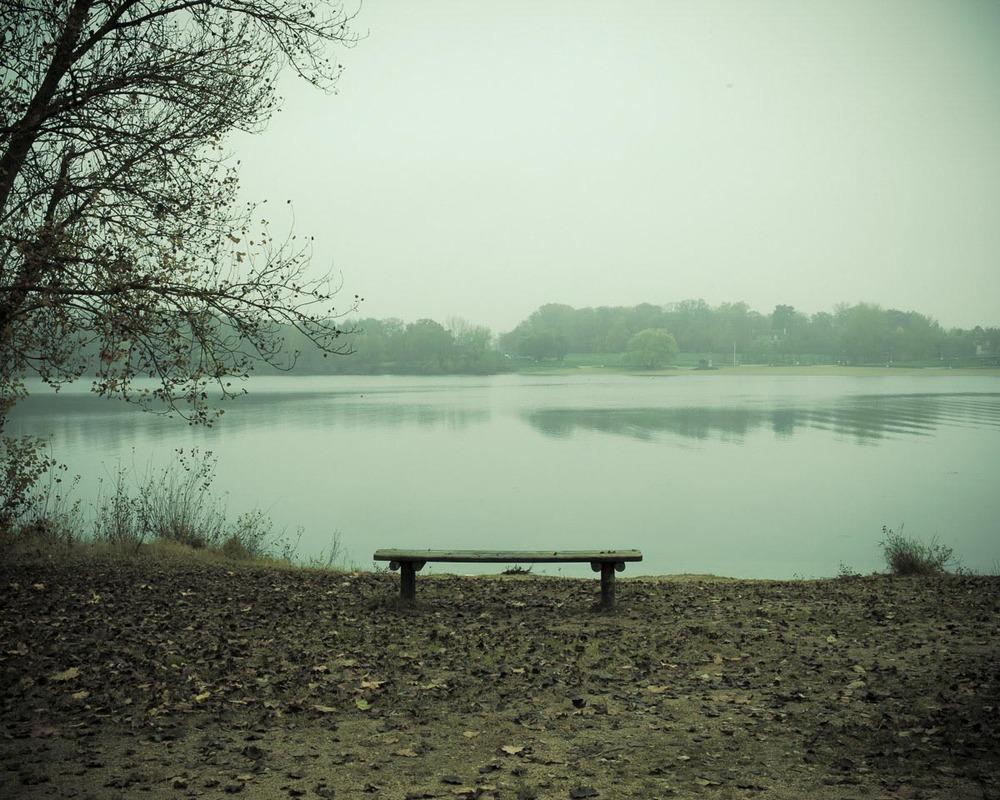 Lieux abandonnés - le bon chemin  -  banc au bord du lac