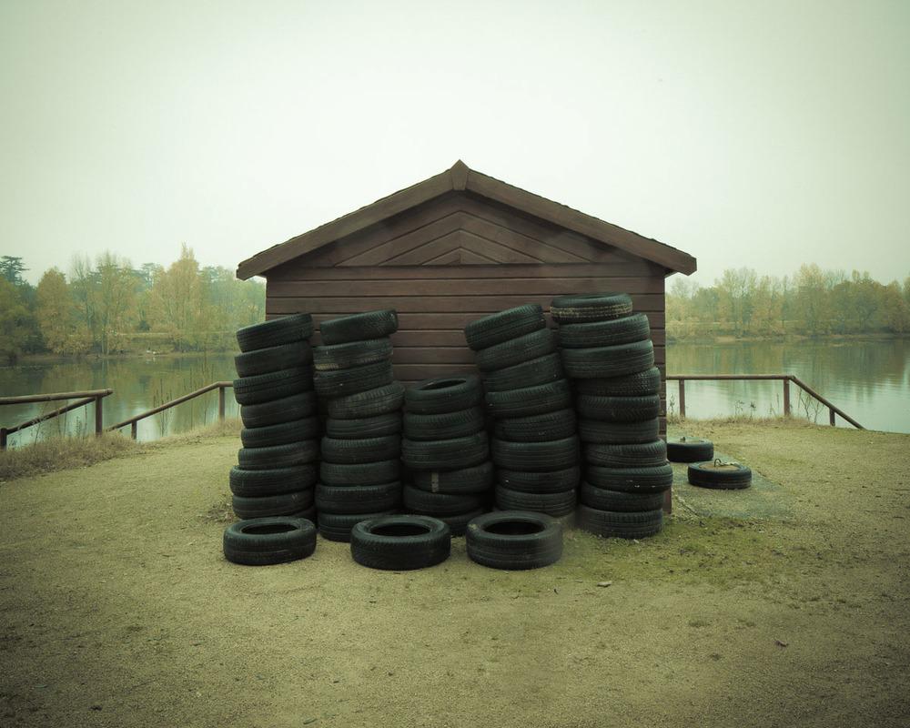 Lieux abandonnés - le bon chemin - cabane et vieux pneus
