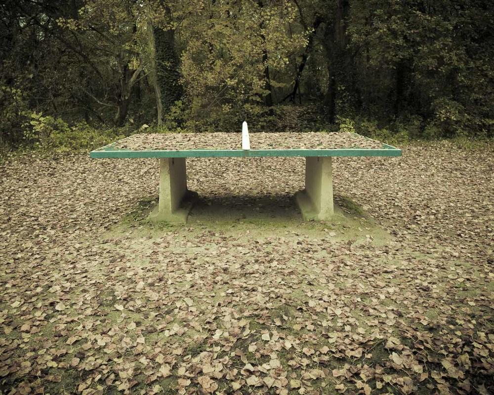 Lieux abandonnés - le bon chemin - table de ping pong sous les feuilles mortes