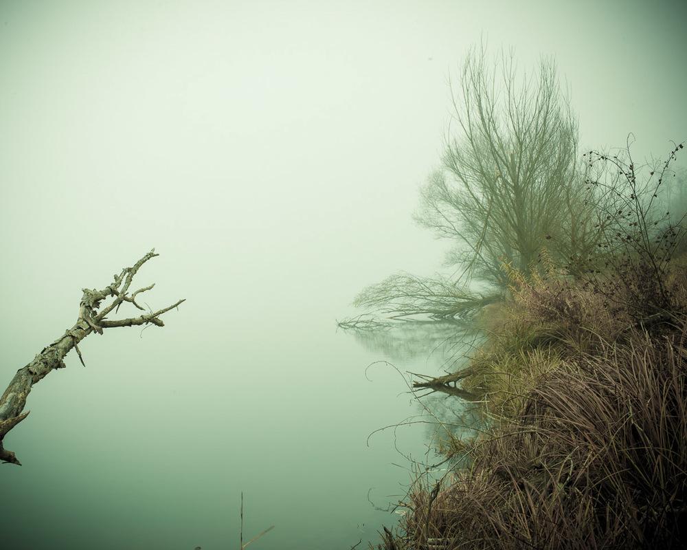 Lieux abandonnés - le bon chemin - lac dans la brume