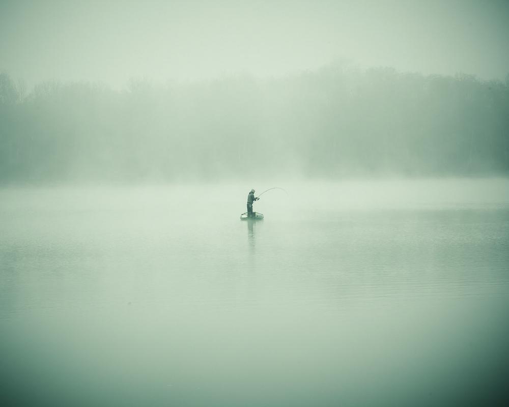 Lieux abandonnés - le bon chemin - pêcheur solitaire au milieu du lac