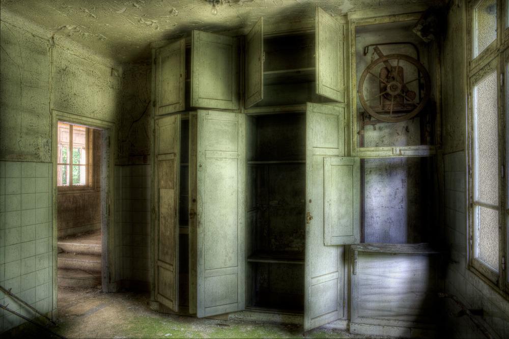 Lieux abandonnés - le préventorium Laelec - placards de cuisine
