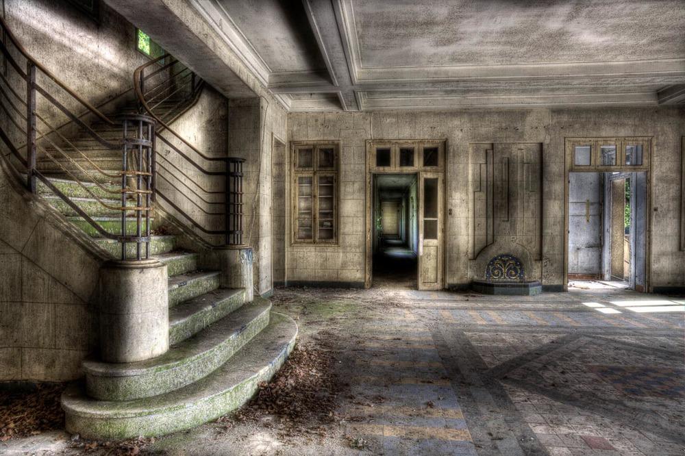 Lieux abandonnés - le préventorium Laelec - escalier du hall d'entrée