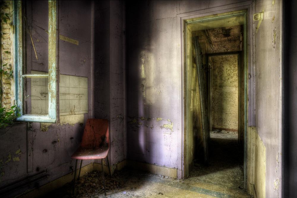 Lieux abandonnés - le préventorium Laelec - chambre mauve du surveillant