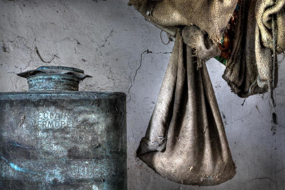 Lieux abandonnés - Cabane de pêcheur - pulvérisateur Eclair Vermorel Made in France