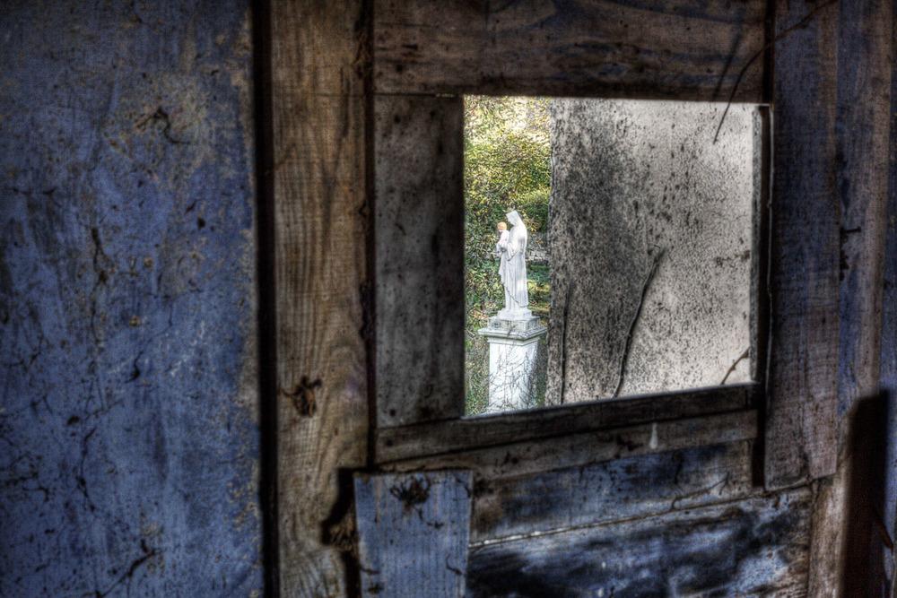 Lieux abandonnés - Cabane de pêcheur - statue de Marie