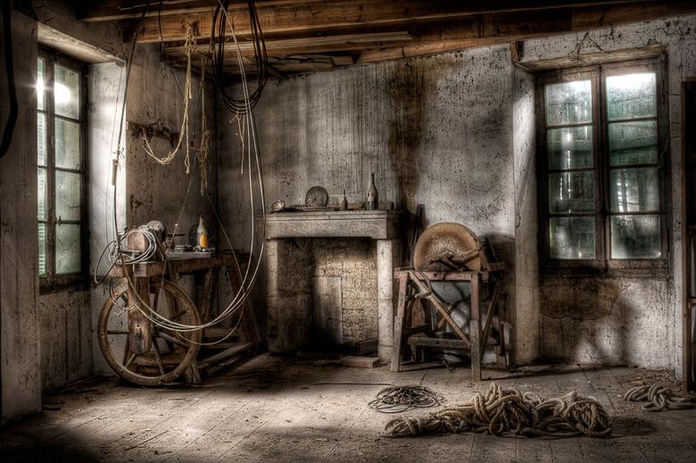 Lieux abandonnés - Atelier de menuisier - meule à aiguiser
