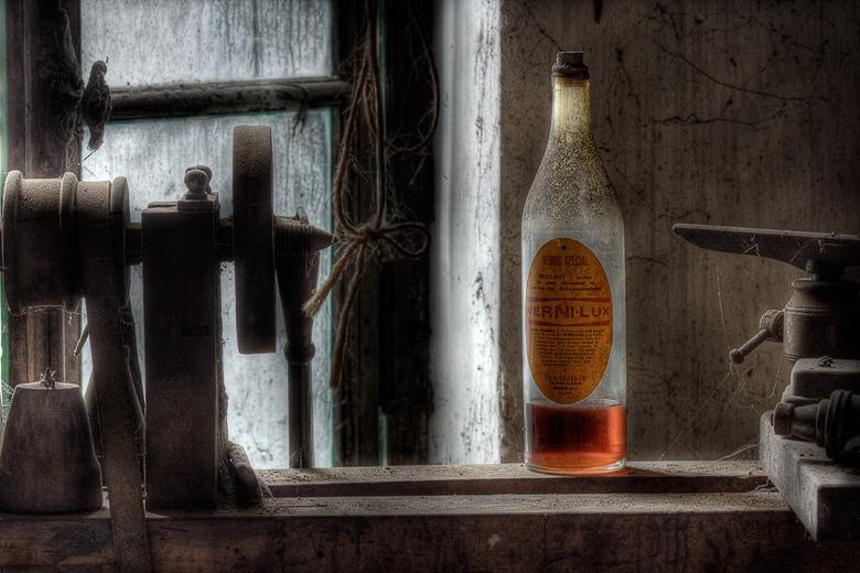 Lieux abandonnés - Atelier de menuisier - vernis à bois Vernilux