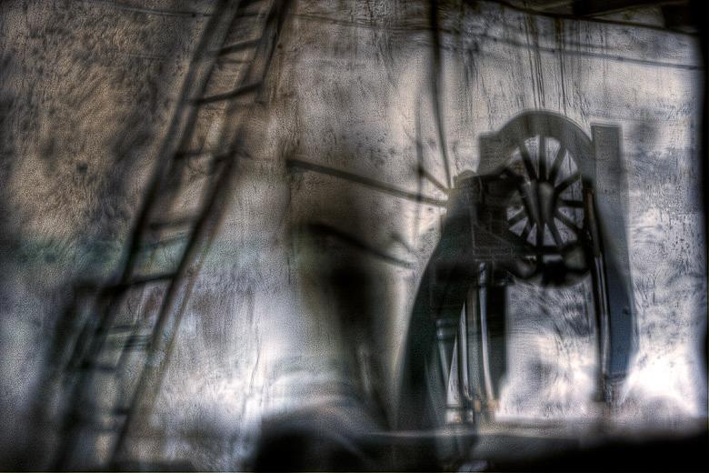 Lieux abandonnés - Atelier de menuisier - reflet de scie à ruban