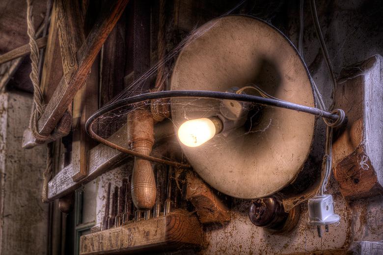 Lieux abandonnés - Atelier de menuisier - lampe