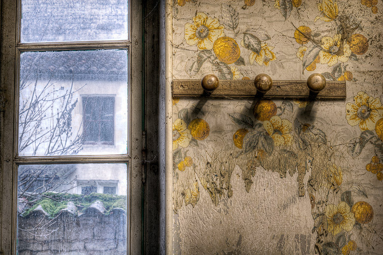 Lieux abandonnés - Atelier de menuisier - porte-manteaux