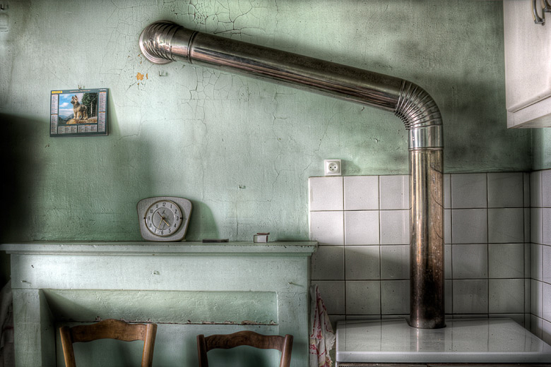 Lieux abandonnés - Atelier de menuisier - cuisine avec son calendrier des postes