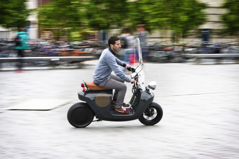 Be.e-frameless-biocomposite-electric-scooter-design-by-waarmakers-riding 3.jpg