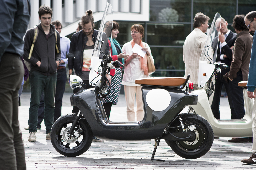 Be.e-frameless-biocomposite-electric-scooter-design-by-waarmakers-black parked.jpg