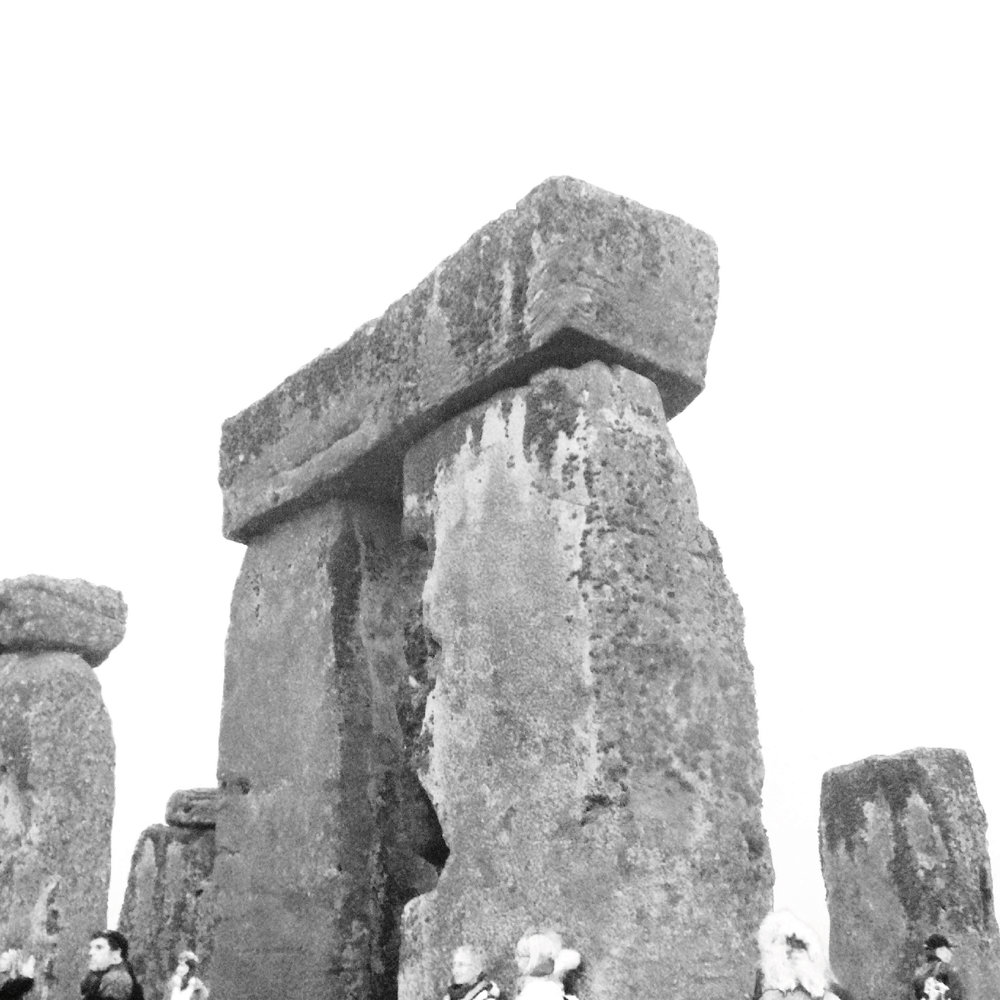 STONEHENGE  Stonehenge abriu-se para mim em 2013. Pude estar no centro das pedras, o qual não é permitido aos turistas. Lá dentro, percebi a conexão com uma semente estelar, além das vidas passadas. A sabedoria que trouxe minha alma para superar limites.