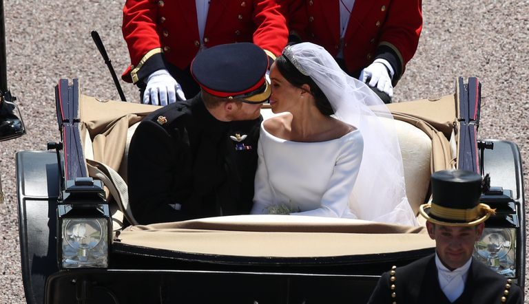 https://www.cosmopolitan.com/entertainment/celebs/a20758485/prince-harry-meghan-markle-carriage-kiss/