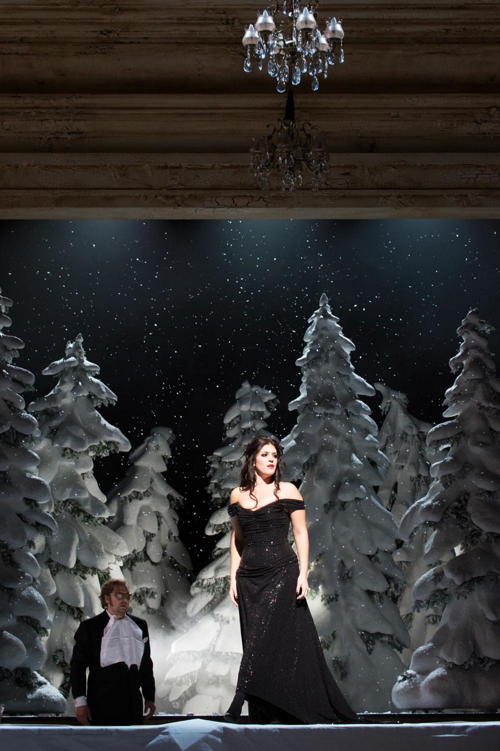 Als betörende Femme fatale, die den verlassenen Marcello im Handumdrehen wieder für sich einnimmt, punktet sie auf jeden Fall. -