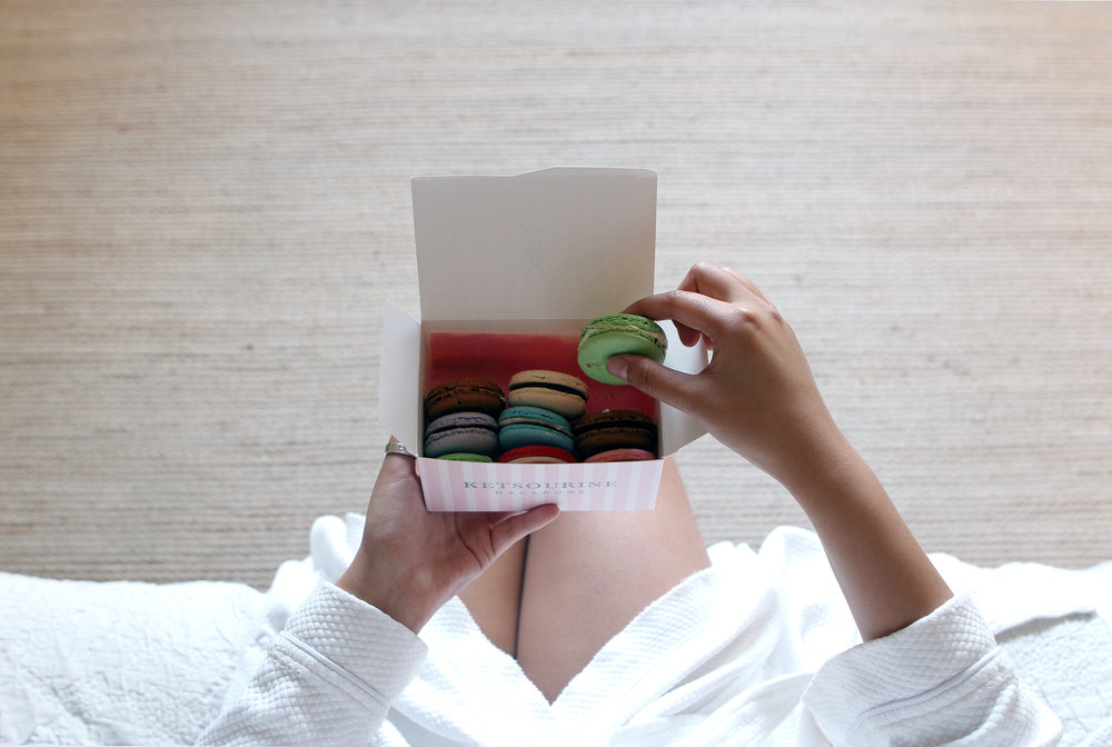 Ketsourine macarons in bed