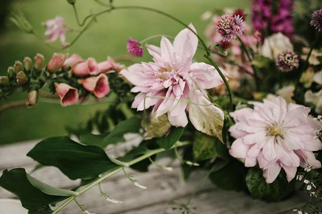 DETAILS🔮✨ Table arrangement @blossomandwild 📸 @mandinelson_  Styling @tesscomrie  Floral product @field0froses  Instruction @soilandstem collected workshop  #blossomandwild #ecoflorist #forage #bohoweddingflowersauckland #gratitude #abundance