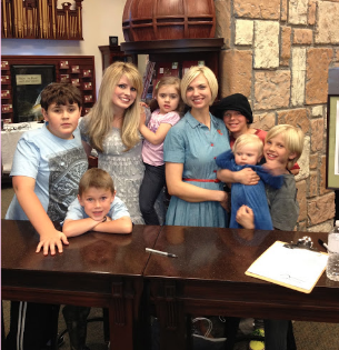 Lyndsi with fellow musician Mindy Gledhill and their kids