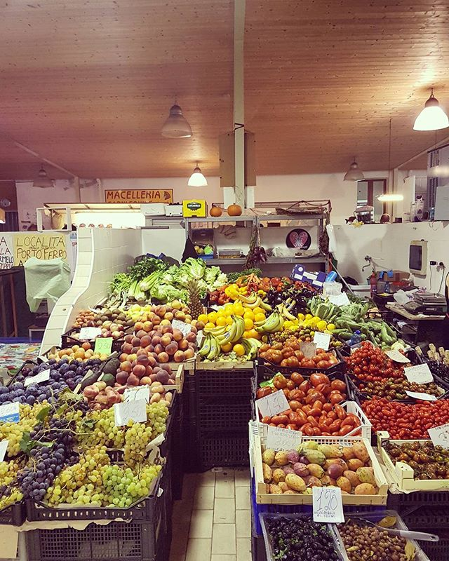 Shopping fruits and all kinds of fantastic food in the local market 🍇🍋🍌🍎🍏🍒🥕🥒🍅#locallyproduced #shorttravel #fruit #market #local #food #alghero #sardegna #sardinia #slowtravel #vacation #slowlife