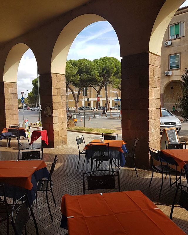 Early morning in beautiful and quiet #Fertilia, waiting for our #cappuccino after a walk along the beach from #alghero🌄☕ #sardegna #sardinia #café #orangeisbeautiful #italy #italia