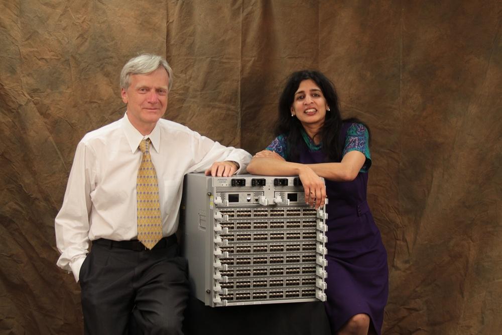 Jayshree Ullal (справа, и да, я не знаю как произнести это имя по-русски) CEO Arista Networks улыбается как бы с видом победителя, но и с опаской...
