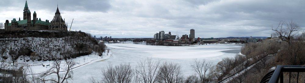 Vu sur Parlement Hill à Ottawa d'une part et Gatineau de l'autre, Ontario Vs. Quebec