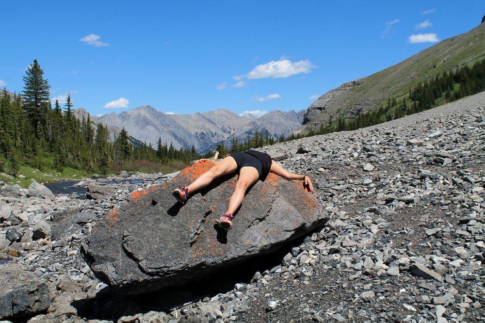 Repos, au pied du lac Bourgeau, Banff National Park, AB, CA