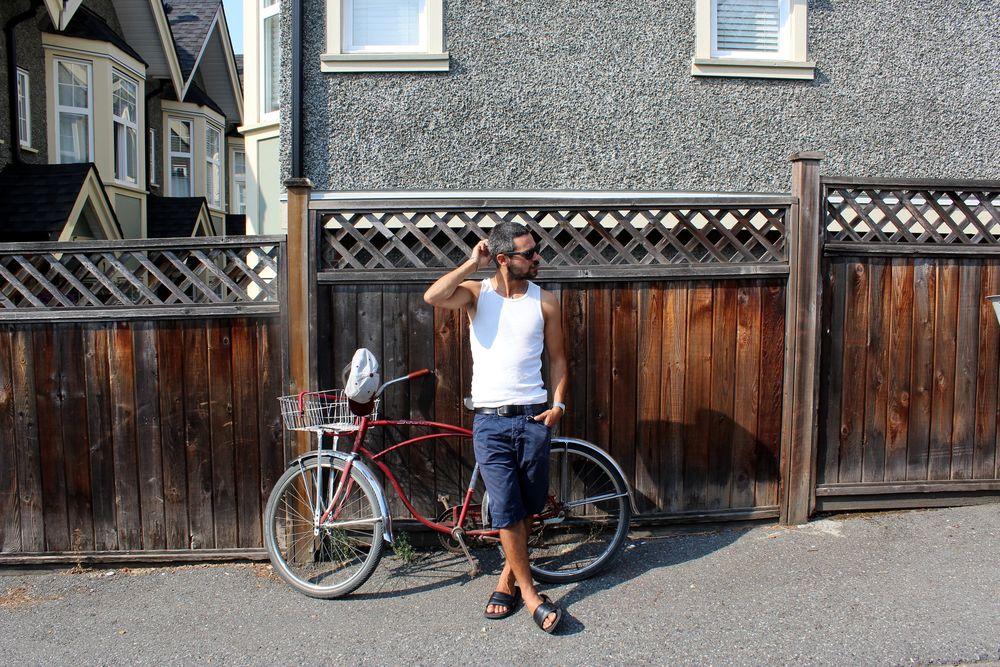Un hipster et son fixi dans le quartier de Grandview, Vancouver, BC, CA