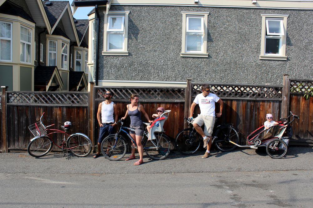 La famille près à rider, quartier de Grandview, Vancouver, BC, CA